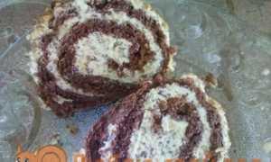 Бісквітний рулет зі згущеним молоком, шоколадом і горіхами: покроковий рецепт з фото