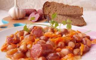 Тушкована квасоля з копченими ковбасками в томатному соусі. Покроковий рецепт з фото